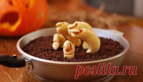 """Что можно приготовить на Хэллоуин быстро и просто? Самый страшный праздник в году спешит в гости в каждый дом, чтобы порадовать взрослых и детей вкусными угощениями под свет из Джека-фонаря.  Пугающие сладости, напитки, интересные костюмы и Джек-фонарь, вырезанный из тыквы, ― основные атрибуты празднования.  Готовить блюда на Хэллоуин не только вкусно, но и интересно.  Традиционные блюда этого праздника - это сладости, которыми откупаются от разнообразной """"нечисти""""."""