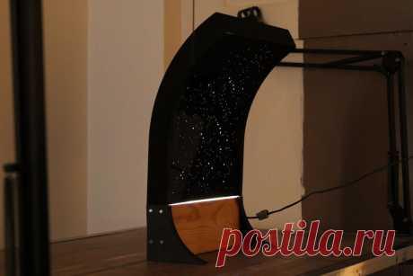 Ночник - «Звездное небо» В этой статье разберем, как можно сделать небольшой светодиодный светильник-ночник «Звездное небо». для его изготовления мастер использует следующие Инструменты и материалы:-Компьютер с ПО;-Доска;-Акриловый лист;-Светодиодная лента;-Крепеж;-12 В блок питания;-Разъем;-3D-принтер;-Лазерный
