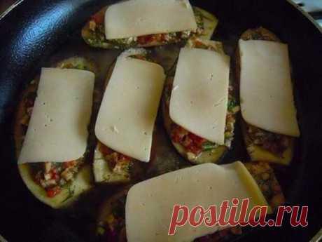 Один из самых простых и вкусных рецептов    Ингредиенты:3 небольших баклажана2 помидорапучок зелени (петрушка, укроп, кинза)сырПриготовление:1. Разрезать баклажаны пополам вдоль и ложкой вынуть серединку (мякоть), чтобы получились лодочки. П…