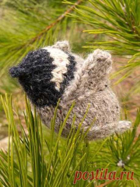 Синица-гаичка Очаровательная маленькая птичка, связанная на спицах из остатков пряжи. Для вязания потребуется совсем немного черной и белой пряжи, а также...