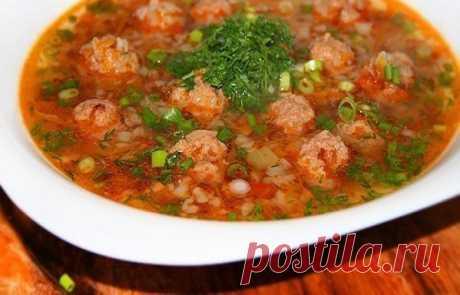 Готовим легкий и полезный гречневый суп с фрикадельками    Прекрасно подойдет для тех, кто на диете!           Ингредиенты: вода— 2,5 литрагречка — 1 стаканнежирный говяжий фарш — 400 граммяйцо — 1 штукапомидоры в собственном соку — 1 маленькая банкалуко…