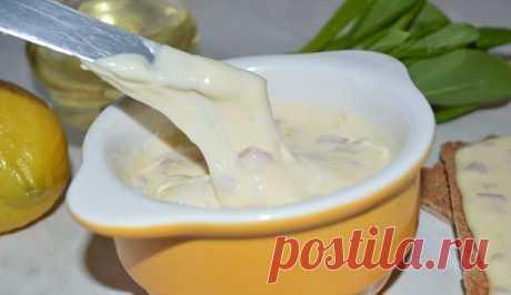 Попробуйте сделать для своих деток плавленный сыр сами!  Не пожалеете! Обязательно понравится и детям и взрослым!   Этот плавленый сыр делать очень легко. Да и время занимает немного.  Сыр получается похожим на знаменитый «Янтарь», только намного вкуснее и полезнее!   Для приготовления сыра потребуется:   - 0,5 килограмма жирного творога;  - одно яйцо;  - 100 грамм масла сливочного;  - половина чайной ложки соды;  - чайная ложка соли.   Приготовление:   Добавить в творог я...