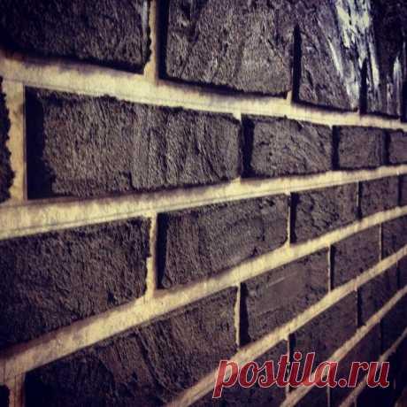 Имитация кирпичной кладки  Уважаемые посетители сайта  из представленного автором мастер-класса вы узнаете, как можно самостоятельно сделать имитацию кирпичной стены у себя в городской квартире или же частном доме. На сегодняш…