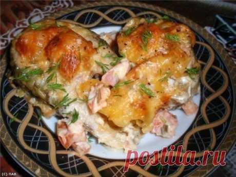 Вкусненькая рыбка по-гречески   Ингредиенты:  -700 г. рыбного филе  -3 помидора  -300 г. тертого сыра  -2 зубчика чеснока  -250 г. майонеза  -сок половины лимона  -измельченная зелень (зеленый лук, укроп, петрушка, базилик)   Приготовление:  1. Рыбное филе разделить на порционные куски и сбрызнуть лимонным соком.  Филе по желанию предварительно натереть солью.  2. Майонез смешать с зеленью, мелко нарезанными помидорами, измельченным чесноком  и 150 г. тертого сыра.  3. Обм...