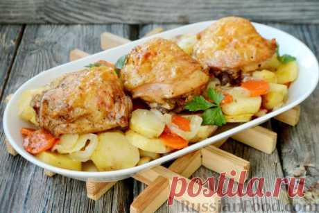 Рецепт: Куриные бёдрышки, запечённые с картошкой, морковью и луком на RussianFood.com