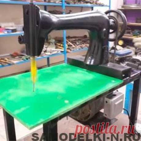 Лобзиковый станок своими руками из швейной машинки (28 фото + описание) Простой самодельный лобзиковый станок, сделанный своими руками из швейной машинки. Если у Вас завалялась старая сломанная швейная машинка, не спешите её выбрасывать, из неё можно сделать сделать лобзиковый станок.