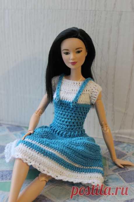 Помните костюм для Барби с шортиками?  А вот его вариация с юбкой. Мастер-класс доступен под фото