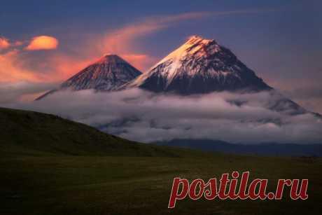 «Над облаками». Вулканы Ключевская сопка и Камень, Камчатка. Автор фото — Максим Сластников: