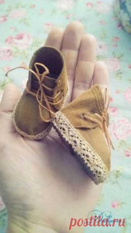 Добрый день).Опишу процесс создания обувки для кукол. Знаю..что готовые выкройки нужно подгонять под ножку, поэтому покажу процесс с нуля). Нам нужно: кожа или толстый картон для подошвы, дублерин или плотная ткань для стельки и уплотнения деталей выкройки, клей прозрачный, замша...