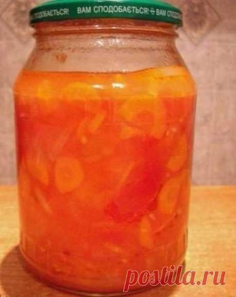 Узбекский салат.  Состав  2кг красных помидоров  2кг зеленых помидоров 1 кг лука репчатого 1 кг моркови 1 кг сладкого перца 1,5 стакана растительного масла 1,5 стакана сахара 0,3 стакана соли 0,5 стакана 9% уксуса  Приготовление  Помидоры нарезать, морковь нашинковать. Добавить растительное масло, соль, сахар и тушить 1 час. После добавить нарезанный перец, лук и тушить еще 20-25 минут. Последним добавить уксус и разложить в стерилизованные банки, закрутить, укрыть одеялом...