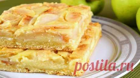 Яблочный пирог, вкус которого невозможно забыть. Ингредиенты: 1 стакан муки; 1 стакан сахара; 4 яйца; творог — 200 грамм; 1 ч. л. соды погашенной уксусом, 0,5 ч. л.соли; 2 крупных или 3 помельче яблока.