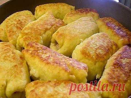 Картофельные рулетики. Безумно вкусное блюдо, отлично будет служить в качестве сытного ужина. Попробуйте – не пожалеете. Это ну очень вкусно! Ингредиенты:  -Картофель – 500-600г-Яйцо сырое – 1шт -Мука пшеничная – 100-150г -Фарш смешанный – 500г -Масло растительное для жарки. Приготовление: 1. Картофель отварить в мундире, остудить, почистить, натереть на крупной терке. 2. Добавить соль, перец, яйцо, муку 3. В фарш добавляем соль, перец, специи, а также холодную воду или ке...