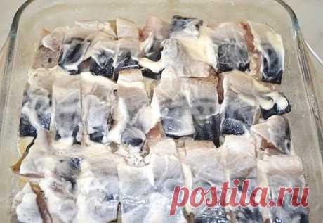 Картофельная запеканка со скумбрией · Из чего готовить: - 1 кг. картофеля; - 600 г. скумбрии (примерно 1 большая тушка); - 150 г. сыра; - майонез или смесь майонеза со сметаной; - соль и перец – по вкусу. · Как готовить: Перед приготовление, подготавливаем продукты. Моем и чистим картофель. Промываем рыбу и разделываем ее на небольшие кусочки, при этом максимально удаляем кости. Трем на крупной терке сыр. Ставим на огонь закипать воду для варки картошки. Пока вода закипает...