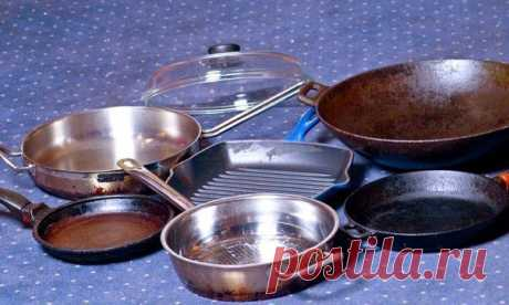 На даче «сжечь» посуду легко – чуть вышел во двор, кастрюля и пригорела! Отчистить нагар поможет вот такое средство:  - 1/2 чашки соды  - 1 чайная ложка жидкости для мытья посуды  - 2 столовые ложки перекиси водорода   Смешивать до тех пор, пока не станет похоже на взбитые сливки (при необходимости долить еще перекиси), нанести на грязную поверхность и оставить минут на 10. Должно помочь!