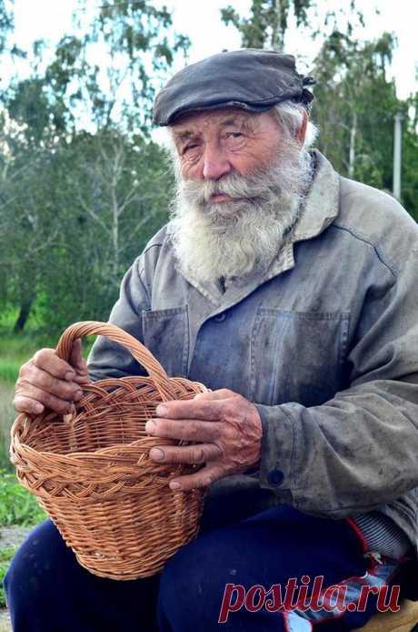 Былинный дедок стоит на трассе под Челябинском и продает плетеные корзины