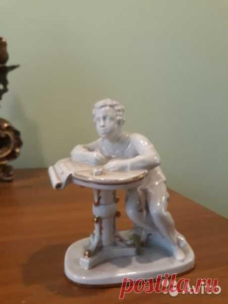 Фарфоровая статуэтка Юный Пушкин за столом, лфз купить в Москве на Avito — Объявления на сайте Авито
