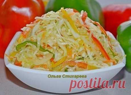 """Салат """"Витаминный""""  Самый любимый осенний салат. Ингредиенты: 2,5 кг. капусты, 0,5 кг. моркови, 0, 5 кг. лука, 0,5 кг. сладкого перца, 170 гр. сахара, 2 ст. л. соли, 2 ст. ложки уксуса 0,25 л. растительного масла  Перец порезать соломкой, лук порезать полукольцами, морковь на крупной терке, капусту нашинковать соломкой, Все овощи смешать , добавить уксус, масло, сахар и соль. И ещё раз перемешать, разложить по банкам, поставить в холодильник. Через сутки готов. У нас в сем..."""