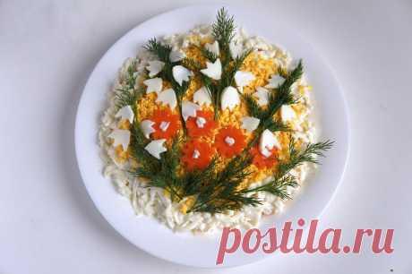 Красивый праздничный салат «Букет цветов» | Foodbook.su Салат «Букет цветов» с курицей, яйцом, морковкой и яблоком получается очень сочным. Блюдо покоряет своим необычным вкусом. Куриное мясо прекрасно сочетается с яблоком, сыром и морковкой, а яйца