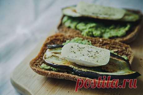 Сэндвич с баклажаном и соусом из брокколи - KitchenMag.ru