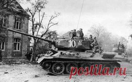 """75 лет назад Т-34-85 была принята на вооружение. В 1943 году в гитлеровской армии появились танки с мощной броней - """"тигр"""" и """"пантера"""", поэтому, естественно, встал вопрос об усилении вооружения Т-34. За короткий срок конструкторы создали для машины новую башню с увеличенной толщиной брони специально под 85-мм пушку ЗИС-С-53 образца 1944 года с длиной ствола 51,5 калибра. Ее бронебойный снаряд массой 9,2 кг имел начальную скорость 792 м/с и с расстояний 500 и 1000 м пробива..."""