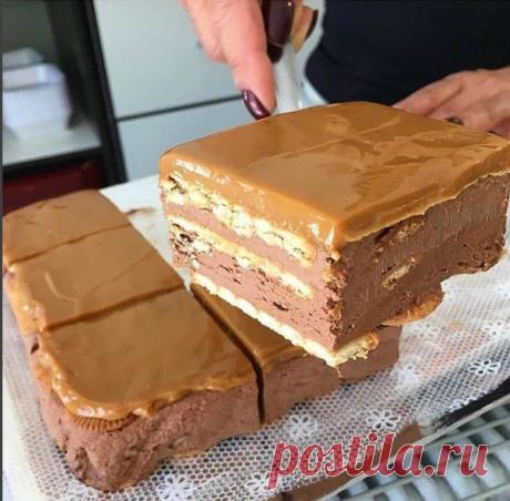 """Шоколадный торт без выпечки  Делать его очень просто, так что он вполне может составить конкуренцию торту - минутке и получается не хуже чем шоколадный торт """"сюрприз"""". Ведь внутри этого тортика тоже есть своеобразный сюрприз!  Ну а посему - начнем!  Ингредиенты:  500 гр. сухого молока или детской смеси,5 ст. л. какао (можно и больше),250 гр. размягченного сливочного масла,стакан воды,6 ст. л. сахара,4 - 5 стандартных пачек печенья к чаю.  Приготовление:  Вообще тортик чем ..."""