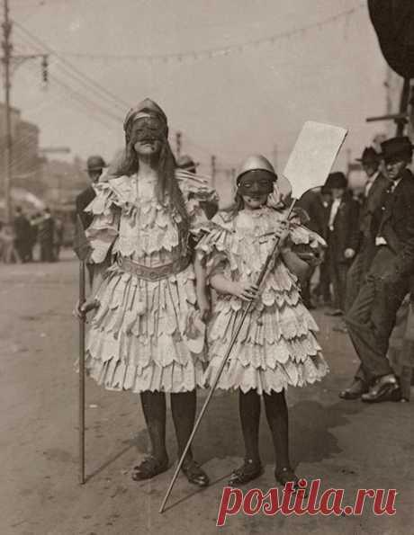 Девочки или мальчики? В вихре праздника Марди Гра в Новом Орлеане начала ХХ века не всегда было ясно, кто скрывается за костюмом. #архивноефото