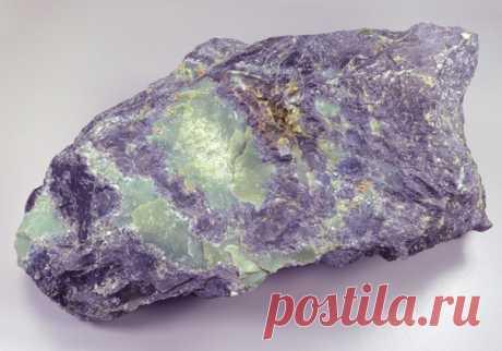 Хантигирит (тейский жад) Красивейший камень, имеющий в составе: магнетит, серпентин, амфибол, флюорит,пирит,гематит и везувиан. #Фирдаус_Батдалова  #имитациякамней #декупаж #шкатулки_из_камней