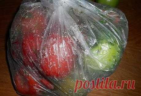 """ВКУСНЕЙШИЕ в ПАКЕТАХ и ПОМИДОРЧИКИ и ОГУРЧИКИ """"СТРАСТЬ""""   Ингредиенты:   - 1 кг. помидор или огурцов  - 1 ст. л. соли  - 1 ч. л. сахара  - укроп,  - 1-2 головик чеснока.   Приготовление:   1. Необходимо выбрать томаты или огурцы,примерно одно размера, чтобы просолились одновременно.  Помидоры или огурчики,помыть, срезать у низ носики, сложить в пакет.  2. Чеснок очистить, измельчить и добавить в подготовленные помидоры.  3. Измельчить: либо зелень укропа, либо его сухие со..."""