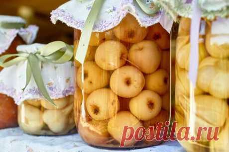Непревзойдённые моченые яблоки в банках  Потребуется:  2 кг небольших яблок 3 л воды 150 г сахара 2 ст.л. соли 150 г меда Листья винограда и смородины    Приготовление:    1. Яблоки промыть и сложить в большой эмалированный таз.   2. Соль, сахар и мед смешать с водой, довести до кипения и уварить.   3. Снять с огня и сразу вылить на яблоки. Добавить листья винограда и смородины.   4. Сверху положить тарелку и поставить груз. Оставить для брожения при комнатной температуре ...
