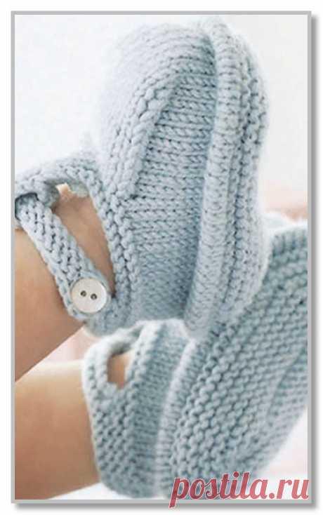 Вязание спицами для детей. Однотонные пинетки-сандалики с застежкой. Размер: 3-6 месяцев