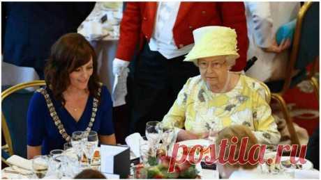 А вы задумывались о том, почему королева Елизавета так хорошо выглядит несмотря на свой возраст? Все дело в здоровых привычках в питании, которым она следует из года в год. Именно они обеспечивают королеве хорошее самочувствие и моложавый внешний вид.