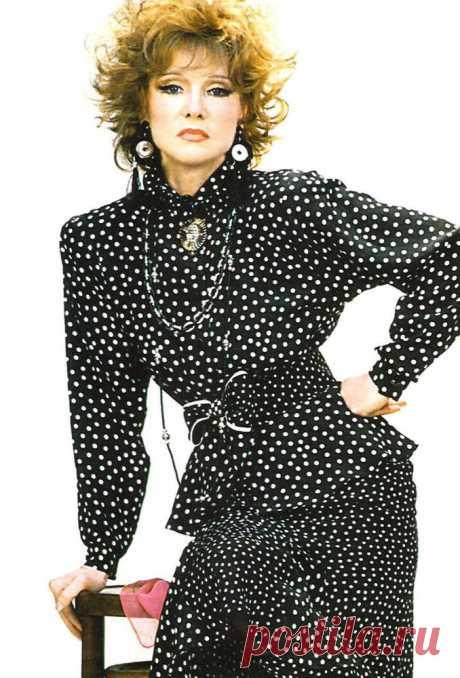 Иконы моды -- Людмила Гурченко и ее наряды. Многие из которых она шила сама.. «Людк, а Людк! Тьфу, дерееевня!» — незабываемо, неподражаемо, ухохочешься — да, она разная, эта прекрасная женщина с фигурой статуэтки, в элегантных нарядах, многие из которых она шила сама..      Сег…