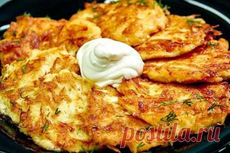 Драники  Ингредиенты:  Картофель — 6 шт. Яйцо — 1 шт. Мука — 2 ч. л. Сметана — 150 г Специи — по вкусу Укроп — для подачи Соль — по вкусу Масло растительное — для жарки Лимонный сок — 2 ч. л.  Приготовление:  1. Натереть картофель на крупной терке. Хорошо отжать. Масса должна быть не слишком жидкой, чтобы драники получились хрустящими. 2. Посолить, перемешать. Чтобы картофель не потемнел, добавить лимонный сок. Добавить сметану, посолить и перемешать. Разбить яйцо. Всыпат...