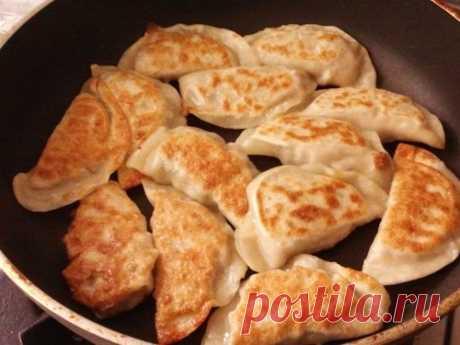 Жареные пельмени, рецепт японской кухни Кухня Азии Вкусные жареные пельмени. Как приготовить жареные пельмени на сковороде, с ароматным бульоном внутри, сверху поджаристые. Рецепт приготовления из Японии.