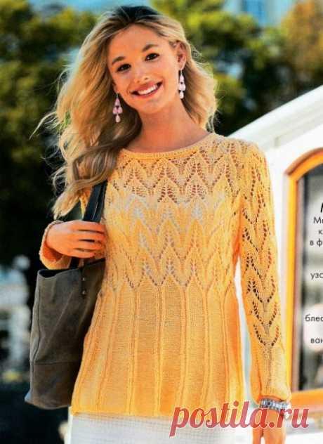 Красивый связанный спицами пуловер в форме трапеции подкупает эффектными узорами!
