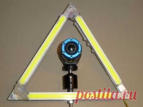 Треугольный светодиодный фонарь для фото/видео съемки Мастер-самодельщик снимает много видео с большими временными интервалами. Для равномерного освещения на протяжении всего дня или ночи, мастер изготовил софтбокс из подручных материалов.Инструменты и материалы:-Комплект дневных ходовых огней;-Алюминиевый профиль;-Алюминиевые заклепки;-Блок питания