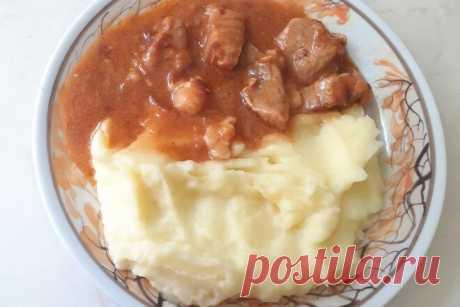 Гуляш из говядины с пюре и подливой, рецепт с фото — Вкусо.ру