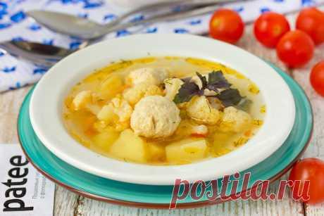 Суп с куриными фрикадельками, цветной капустой и горошком. Суп, приготовленный по этому рецепту, получается одновременно сытным и полезным! Благодаря сочетанию овощей, куриных фрикаделек и бульона суп приобретает насыщенный вкус, золотистый цвет и потрясающий аромат!