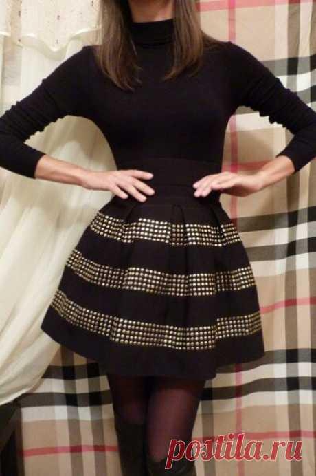 Юбка-татьянка. Выкройка на основе прямоугольника   Это самая простая модель юбки. В её основе - прямоугольник, посаженный на пояс или резинку. На фото справа, по-моему, юбочка как раз на поясе. Если вы будете делать на резинке, то у вас не получится сделать такие выраженные складки, как на фотографии, а объем юбки будет равномерно распределяться.  Ткань лучше брать поплотнее, чтобы она держала форму. Для новичков прекрасно подходит джинса или другая плотная хлопковая ткань...