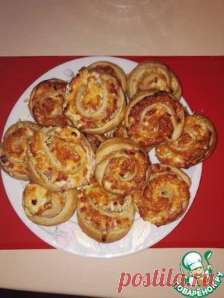 """Слойки """"Закусочные"""" с ветчиной и сыром - кулинарный рецепт =Тесто слоеное(1 упаковка) — 500 г =Ветчина— 250 г Сыр твердый— 200 г Чеснок— 2 зуб. Майонез— 3 ст. л. Масло растительное— 2 ст. л. Укроп— 0,5 пуч. Яйцо куриное(Для смазывания) — 1 шт"""