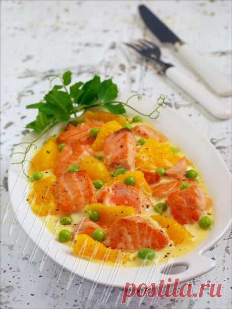 Лосось в сливочном соусе с апельсинами и зеленым горошком