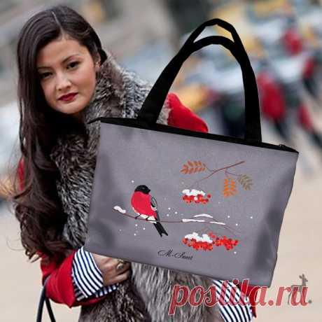 Модная сумка с зимним гостем Снегири это чудесные зимние птички, встречая которых всегда любуешься их красоте. Одевая такую сумку, вы будете чувствовать себя источником радости и настроения для окружающих вас друзей или просто случайных прохожих. На заказ мы изготовим для вас такую сумку любого размера и с любым количеством карманов. На заказ можем изменить рисунок или цветовые оттенки ткани.