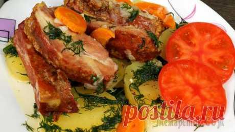 Рёбрышки свиные тушёные с обжаренными овощами Предлагаю рецепт блюда с копчёными рёбрами, тушеными с картофелем и пережаренными овощами. Блюдо подается в горячем виде.Ингредиенты:Рёбра свиные копченые – 800-900 грКартофель – 5-6 штМорковь – 1 штЛ...