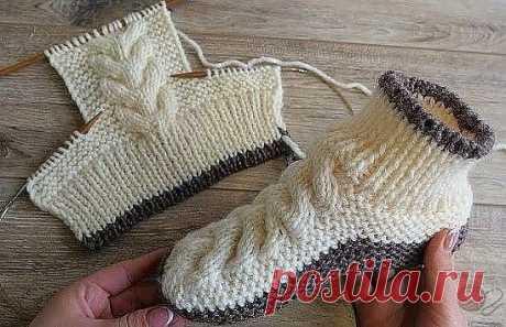 Удобные и несложные в вязании носочки спицами.