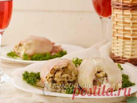 Фаршированные кальмары в духовке — очень интересный рецепт приготовления кальмаров, фаршированных шампиньонами, рисом и луком, в сметанном соусе, в духовке.
