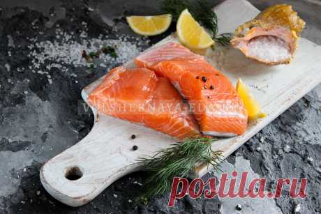 Как засолить лосося в рассоле Как засолить лосося в домашних условиях? Самый простой рецепт засолки рыбы в рассоле позволит вам получить на выходе мягкий, сочный и пряный продукт, готовый к употреблению.