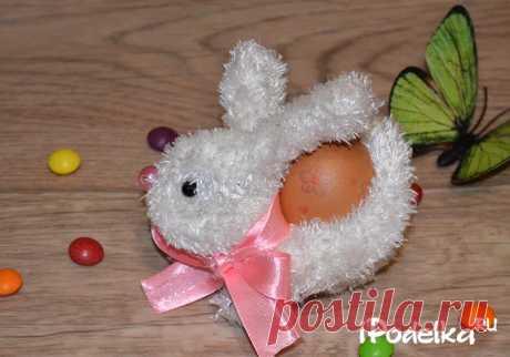 """В этой статье я покажу как сделать пасхальную подставку под яйцо из перчатки своими руками. Такая подставка под яйцо """"Пасхальный кролик"""" станет отличным подарком."""