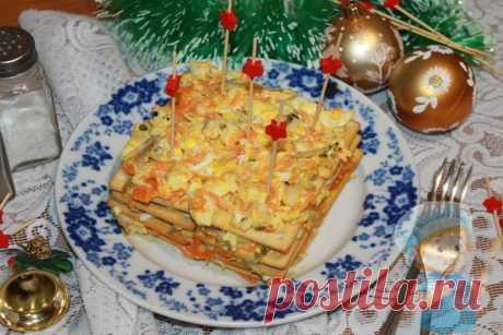 Закусочный торт из крекеров на праздничный стол. Рецепт с фото Яркий новогодний закусочный торт из крекеров понравится своим богатым вкусом и колоритным внешним видом. Готовить его просто, а есть приятно. Рецепт с фото