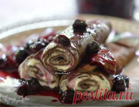 Шоколадные блинчики с ягодным соусом. Ингредиенты: голубика, молоко, маскарпоне
