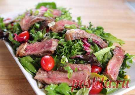 Салат зелёный с говядиной и имбирной заправкой